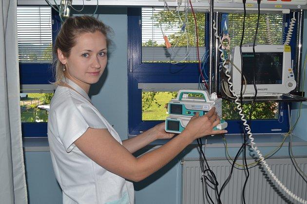Valašskomeziříčská nemocnice má k dispozici nové infuzní volumetrické pumpy a lineární dávkovače, které slouží k přesnému dávkování léčiv a krevních infuzí. Přístroje vyšly na více než tři sta tisíc korun.