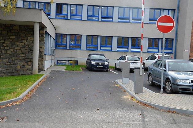 Nový závorový systém funguje od začátku listopadu 2017 na nedávno opraveném parkovišti před valašskomeziříčskou nemocnicí.