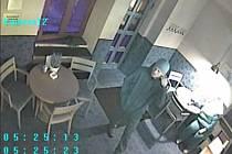 Obrázky z bezpečnostní kamery zachycují muže podezřelého z loupežného přepadení AB Baru ve Smetanově ulici ve Vsetíně ze středy 10. září 2014. Policie žádá veřejnost o pomoc s identifikací.