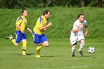 Fotbalisté Poličné (bílé dresy) doma remízovali s Byninou a na penalty prohráli.