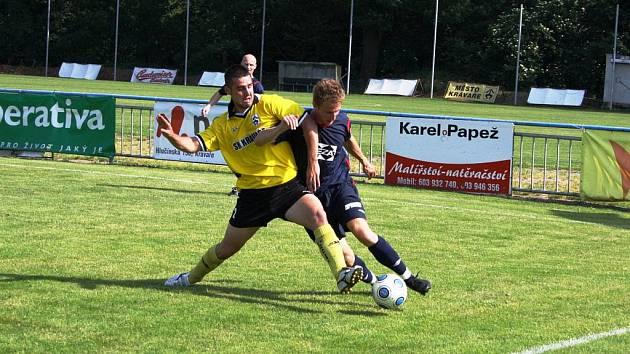 Valašské Meziříčí dokázalo v posledním zápase zvítězit v Kravařích 3:1. Velkou zásluhu na tom měl Jan Plešek (vpravo), autor dvou branek.