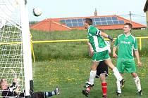 Kapitán Vážan Antonín Vaculík právě střílí jeden ze svých tří gólů do sítě Jalubí B. Domácí fotbalisté nakonec poslední tým tabulky porazili vysoko 9:2.