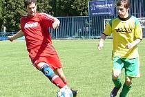 Fotbalisté Vsetína B (červené dresy) doma porazili Lhotku nad Bečvou 4:1.