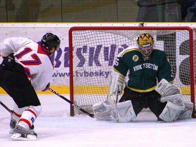 V zápase 4. kola východní skupiny II. ligy Vsetín (zelené dresy) doma rozstřílel Uherské Hradiště 8:1.