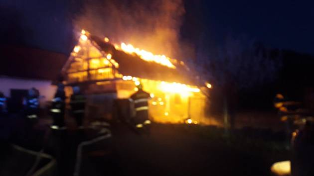 Hasiči likvidují v pondělí 22. dubna 2019 v osm hodin večer rozsáhlý požár rodinného domu v Huslenkách na Vsetínsku.