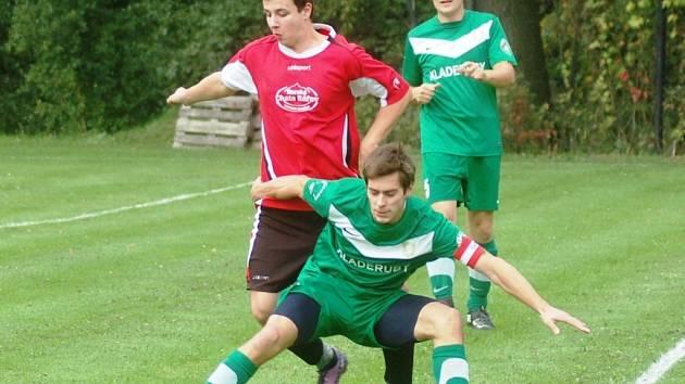 Fotbalisté Kladerub (zelené dresy) doma porazili Velkou Lhotu 3:1.