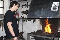Sedmadvacetiletý Aleš Grygara pracuje jako umělecký kovář.