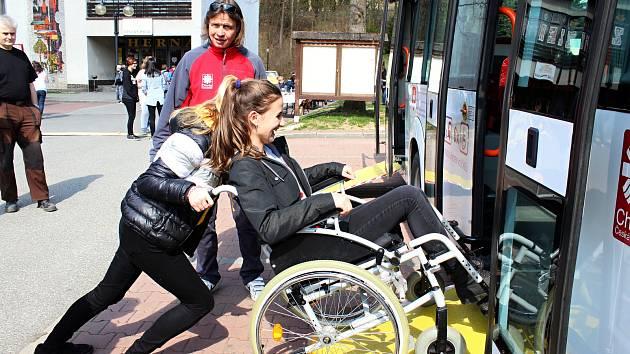Sociální autobus vozí zdravotně postižené na výlety už čtvrtým rokem. Řídí ho Miroslav Suchan, koordinuje vedoucí sociální dopravy Jana Němečková.