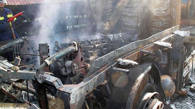 Rozsáhlý požár kamionu u Rožnova pod Radhoštěm, požár likvidovaly čtyři jednotky hasičů ze dvou krajů.