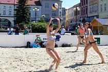 Od pátku 2. června je na náměstí ve Valašském Meziříčí k dispozici kurt pro plážový volejbal. Hřištěm, které vzniklo navezením šedesáti kubíků speciálního písku a které zde zůstane do konce července, chce radnice propagovat volejbalový sport.