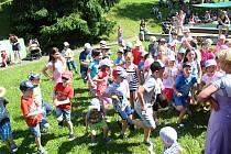 Děti, rodiče i učitelé slavili v úterý 11. června na zahradě mateřské školy v Rokytnice 40 let od založení mateřinky.