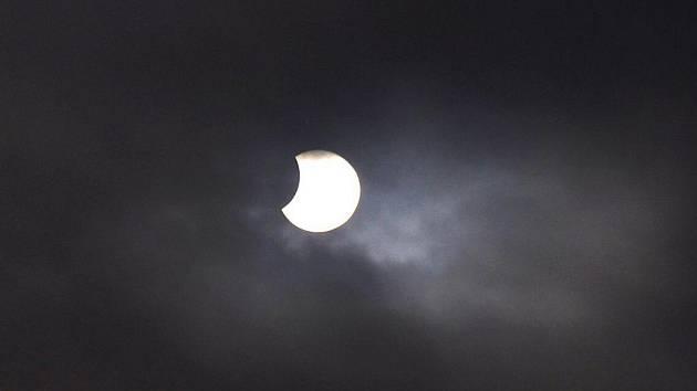 Pozorování zatmění slunce ve Vsetíně nepřálo počasí. Ze zatažené oblohy sluneční kotouč na pár okamžiků vykoukl až v závěrečné fázi jevu.