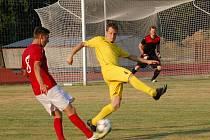 Fotbalisté Meziříčí (červené dresy) v 1. kole divize E doma remízovali s Velkými Karlovicemi 0:0.