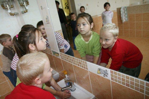Děti v halenkovské mateřské škole se dočkaly nového sociálního zařízení. Zásadní rekostrukcí prošla i kuchyně.