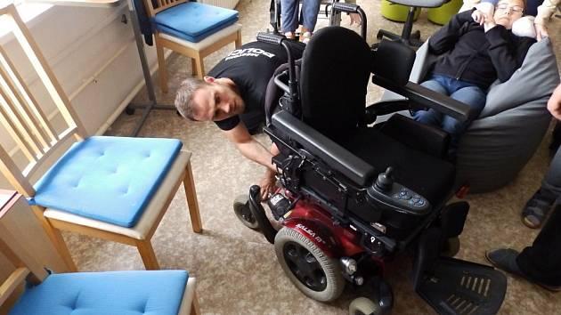 Strážník vsetínské Městské policie Ladislav Minařík značí syntetickou DNA invalidní vozík.