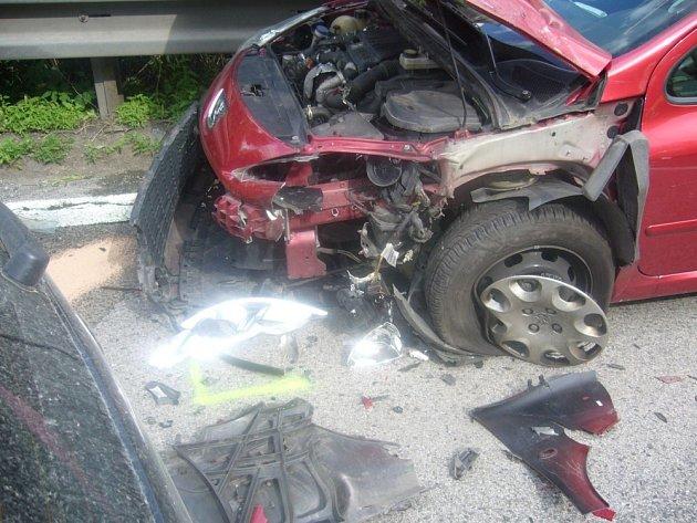 Po zadokumentování dopravní nehody policií pomohli hasiči s odtlačením vraků ze silnice a s uvolněním dopravy.
