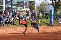 Nohejbalisté Climaxu Vsetín (modré dresy) porazili ve druhém utkání baráže o extraligu Děčín 5:4.