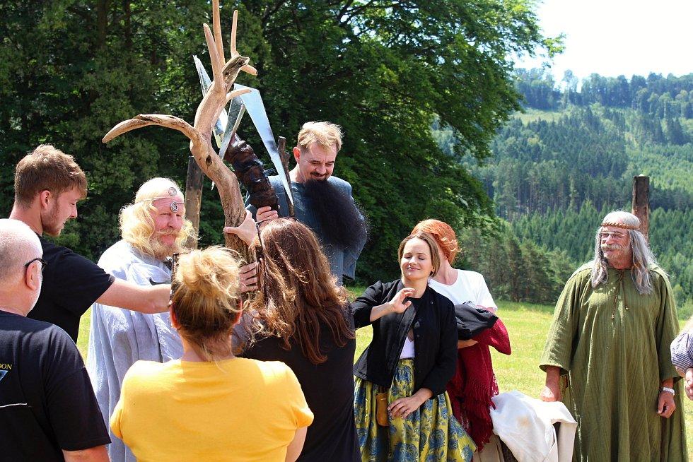 Filmaři pokračovali 3. července 2019 na kopci na Podlesím s natáčením pohádky Největší dar. Role bohů se zhostili také Ladislav Jelínek, Petr Čtvrtníček a Pavel Nový.