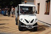 Starostové z Valašskomeziříčska a Kelečska si ve čtvrtek 9. srpna 2018 v Poličné prohlédli a vyzkoušeli ekologicky šetrnou komunální techniku – elektromobil a motocyklové tříkolky, obojí s nákladní korbou.