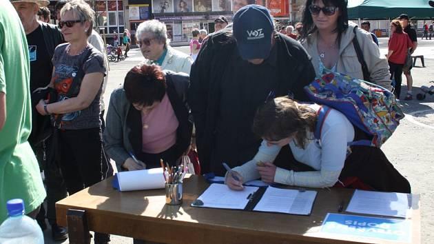 Stovky lidí přišly podpořit protestní akci na náměstí Svobody ve Vsetíně.