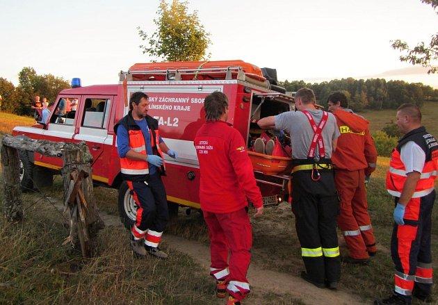 Záchranáři pomáhají muži, který se ve středu 23. srpna 2017 v podvečer zranil při pádu z Pulčínských skal u osady Pulčín u Francovy Lhoty na Valašsku.