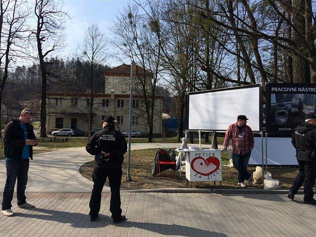 Radnice v Rožnově pod Radhoštěm nechala ve středu 29. března 2017 rozpustit demonstraci spolku Stop genocidě, který bojuje především proti umělým potratům.