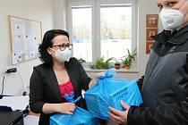 Celkem čtyři tisíce čtyři sta respirátorů zPotravinové banky Zlínského kraje distribuovala v minulých dnech vsetínská radnice místním organizacím, které je následně rozdělí mezi potřebné.