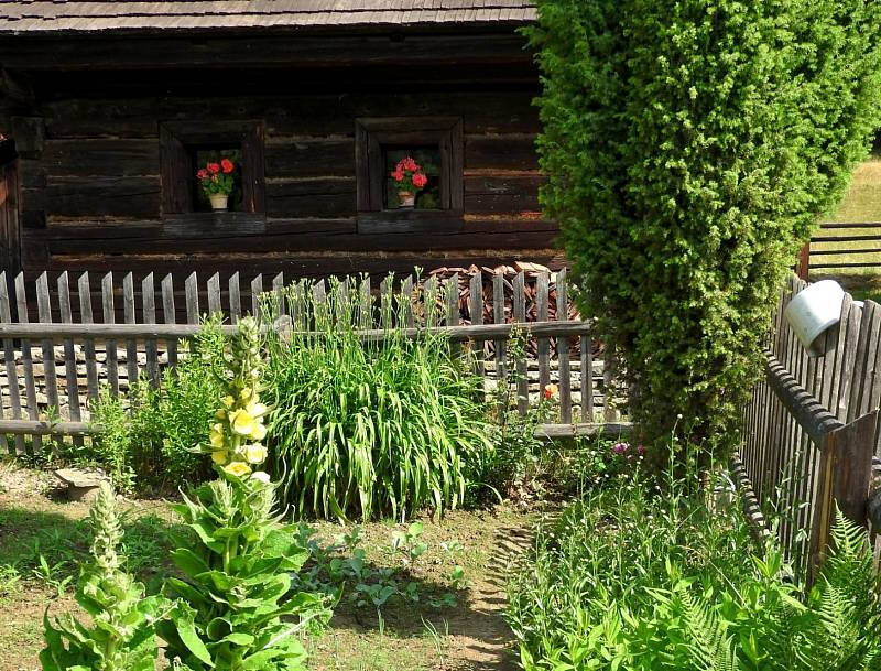 Dřevěné městečko a Valašská dědina - Valašské muzeum v přírodě v Rožnově pod Radhoštěm.