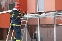 K pádu ledu ze střechy panelového bytového domu došlo ve středu ráno v Rožnově pod Radhoštěm. Nepříjemná událost si naštěstí nevyžádala zranění osob.