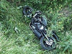 Motocykl skončil po havárii u potoka; středa 22. června 2016.