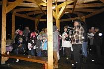 """""""Takový zájem jsem nečekal,"""" vyjádřil se jen pár minut po odeznění písničky Vánoce, Vánoce přicházejí… Josef Kudela z Klubu důchodců v Lačnově. Právě čtyřicet lačnovských seniorů má na svědomí, že do zpívání vánočních koled se v této malé vesnici zapojil"""