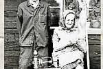 PŘADLENA. Tetička Mikušková někdy v 70. letech pro fotokroniku Valašské Polanky předvádí jednotlivé postupy zpracování lnu. Tak se to dřív dělávalo v nejedné chalupě.