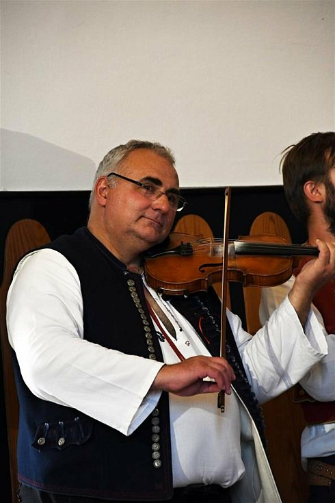 Valašskomeziříčští folkloristé si ve čtvrtek 17. června 2021 v sále Kulturního zařízení galakoncertem připomněli loňské 140. výročí narození legendárního valašského muzikanta - strýca Matalíka.