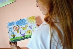 Michaela Hronková z gynekologicko-porodního oddělení Nemocnice ve Valašském Meziříčí umísťuje na chodbách obrázky dětí, jejichž rodinní příslušníci pracují na tomto oddělení.
