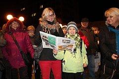 Před vsetínským Domem kultury zpívalo ve čtvrtek 13. prosince 2017 koledy s Deníkem na dvě stě lidí. Doprovodila je kapela Dareband a Pěvecký sbor Sonet. Na přípravě akce se podíleli pracovníci Domu kultury Vsetín.