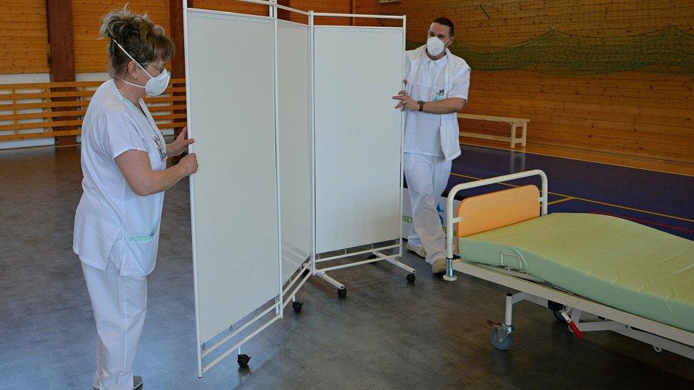 Víceúčelová sportovní hala ve Vsetíně se na přelomu března a dubna 2021 proměnila na velkokapacitní očkovací centrum. Vedoucí očkovacího centra Andrea Adámková a koordinátor centra Pavel Šupka.