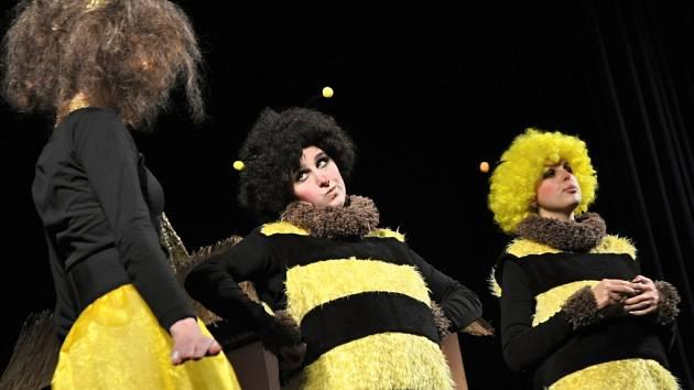Pohádka Včelí medvídci v podání členů Kroužku divadelních ochotníků z Hvozdné zahájila v pátek 4. března 2016 patnáctý ročník divadelní přehlídky Dny valašského divadla v Hovězí na Vsetínsku. Představení sledovaly desítky dětí z mateřských školek.