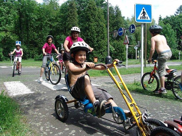Ve Valašském Meziříčí se děti učily pravidla silničního provozu.