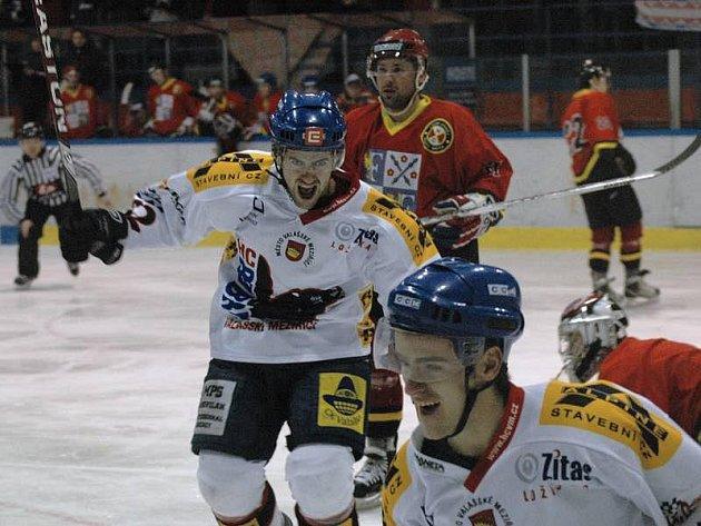 Ve 29. kole základní části II. ligy přivítalo Valašské Meziříčí (bílé dresy) celek Frýdku-Místku.