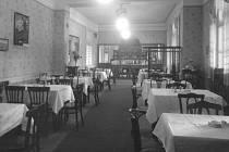 Interiér nádražní restaurace v Krásně ve 30. letech 20. století.