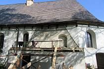 Tesaři a pokrývači pracují na opravách kostela svatého Jakuba Většího ve Valašském Meziříčí; květen 2016