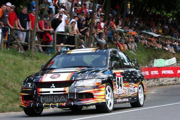 Mirek Jakeš s vozem Mitsubishi Lancer.
