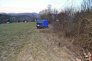Dodávkový vůz Peugeot se ve čtvrtek 21. března 2019 u Rožnova pod Radhoštěm střetl s osobním vozem. Po srážce skončila dodávka mimo silnici na louce.