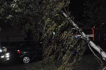 Bouřka v kraji: Silný vítr lámal stromy a odnášel střechy