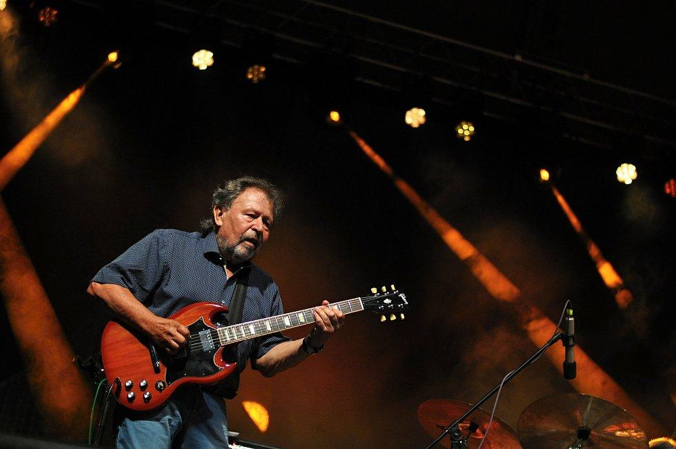 Kapela Flamengo Reunion Session koncertuje na II. nádvoří zámku Žerotínů ve Valašském Meziříčí na 39. ročníku folk-blues-beat festivalu Valašský špalíček (na snímku Pavel Fořt); sobota 26. června 2021