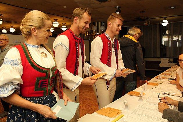 Na sněmovní volby se ve Vsetíně vyšňořili členové Folklorního souboru Jasénka. Svůj hlas vhodili do hlasovací schránky ve valašském kroji.