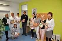 Knihovnice ze vsetínské Masarykovy veřejné knihovny darovaly krev ve Vsetínské nemocnici. Zároveň zde zprovoznily knihobudku, z níž si mohou dárci čekající na odběr krve či plazmy půjčovat knihy.