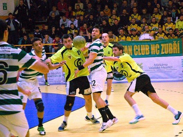 Házenkáři Zubří (žluté dresy) proti Sportingu Lisabon