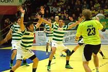 Házenkáři Zubří (žluté dresy) v prvním osmifinále evropského Challenge cupu porazili Sporting Lisabon 26:23.