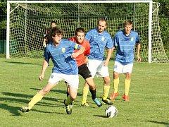 Fotbalisté Kelče B (mpdré dresy) se odhlásili ze vsetínské III. třídy.